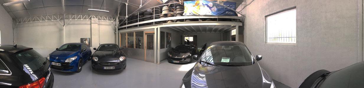 Vue panoramique du hall d'exposition de Couserans Autos